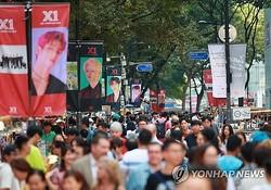 市民や外国人観光客でにぎわう連休最終日の明洞=15日、ソウル(聯合ニュース)