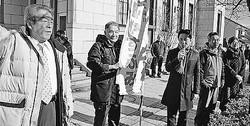 (写真)善光寺前で訴える(手前左から)竹内、今井、藤野、山口、野々村の各氏=1日、長野市