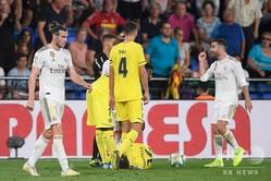 19-20スペイン1部リーグ第3節、ビジャレアル対レアル・マドリード。レッドカードを提示され、ピッチを後にするレアル・マドリードのギャレス・ベイル(左、2019年9月1日撮影)。(c)Josep LAGO / AFP