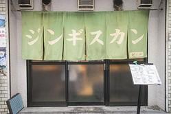緑ののれんが営業の目印。確実に入店するには、予約必須だ/(C)KADOKAWA 撮影= 神保達也