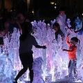 ソウル・光化門広場の噴水で暑さをしのぐ子供たち=22日、ソウル(聯合ニュース)