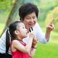 孫の世話をすると死亡リスクが低下すると判明 驚くべき数値結果