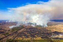 ウクライナのチェルノブイリ原発半径30キロ圏内で広がる森林火災の航空写真(2020年4月12日撮影)。(c)Volodymyr Shuvayev / AFP