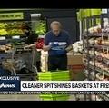 タオルに唾をかける男性スタッフ(画像は『680 NEWS 2020年7月9日公開 YouTube「EXCLUSIVE: Cleaner 'spit shines' grocery baskets at Toronto FreshCo」』のサムネイル)