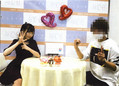 2017年4月、山口真帆が襲撃グループの中心メンバーと一緒にポーズをとっている衝撃写真。ポーズは「602」。この数字が意味するものは……(画像の一部を加工)