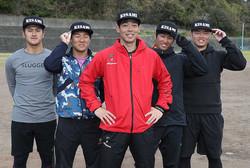 ポーズを取る(左から)阪神・板山、西武・鈴木、秋山、ヤクルト・田代、DeNA・細川(撮影・西海健太郎)