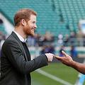 英トゥイッケナム競技場で、ヘンリー王子(左)と言葉を交わすラグビーのイングランド代表選手(当時)=2018年2月、ロンドン(AFP時事)