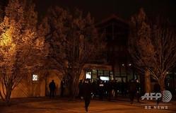 男性教師が首を切断され死亡した事件が起きた仏パリ近郊コンフランサントノリーヌで、中学校前を警備する警察(2020年10月16日撮影)。(c)ABDULMONAM EASSA / POOL / AFP