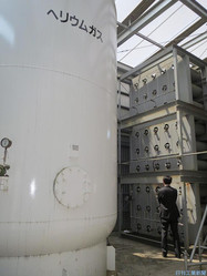 東大物性研のヘリウム貯蔵用タンク。低温研究で大量に使う