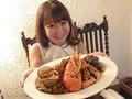 「沈黙のナポリタン」はエビや貝の殻でずっしり重い=撮影モデル・釣女ちゃこ (河野ちあき)