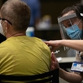 米ワシントン州シアトルで、新型コロナウイルスのワクチンを投与する医療従事者(2021年1月24日撮影)。(c)Grant HINDSLEY / AFP