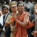 インド・カルナタカ州ベンガルールの裁判所に出廷したヒンズー教の自称「神人」、スワミ・ニトヤナンダ被告(2012年6月14日撮影)。(c)Manjunath KIRAN / AFP