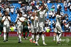 18-19スペイン1部リーグ第38節、レアル・マドリード対レアル・ベティス。ファンにあいさつするレアル・マドリードの選手(2019年5月19日撮影)。(c)PIERRE-PHILIPPE MARCOU / AFP