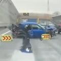 車が衝突 男性が投げ出され死亡