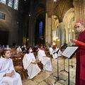 仏シャルトルの教会でミサの前にマスクをしてリハーサルを行う司祭(右)と聖歌隊(2020年5月24日撮影)。(c)JEAN-FRANCOIS MONIER / AFP