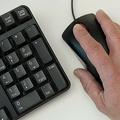 コンピューターのキーボードとマウスを使用する人(2016年11月21日撮影、資料写真)。(c)SAUL LOEB / AFP