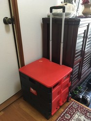宿泊時に使用したカート。この上にダンボールを乗せ、テープで張り付けていたという