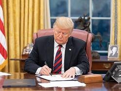 法案に署名するトランプ米大統領=資料写真、ホワイトハウス提供