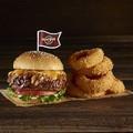 映画「キングスマン:ゴールデン・サークル」とコラボした、「ハードロックカフェ」の限定バーガーに注目!