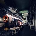 安い高架下の飲み屋は外国人観光客にも人気。 Nekokamera / PIXTA(ピクスタ)