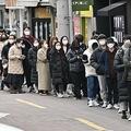韓国・大邱の商店街で、マスクを購入するために並ぶ人々(2020年2月27日撮影)。(c) Jung Yeon-je / AFP