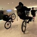 大阪市中央区の商業ビル内を集団暴走する自転車(ツイッターより)
