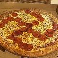 ピザのサラミでナチスのカギ十字を想起させたとして従業員2人が解雇された/Courtesy Jason and Misty Laska