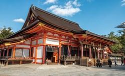重要文化財の八坂神社の本殿。江戸時代に再建された、日本最大の神社本殿建築だ/八坂神社