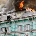 ロシア極東のブラゴベシチェンスクで、火災が発生した病院の消火に当たる消防隊員ら。ロシア非常事態省提供(2021年4月2日撮影)。(c)AFP PHOTO / Russian Emergencies Ministry / handout