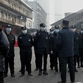 中国中部・武漢で、閉鎖された卸売市場の前に立つ治安部隊(2020年1月11日撮影)。(c)NOEL CELIS / AFP
