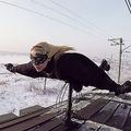 電車で過激なパフォーマンス 全身黒ずくめのロシア人女性に注目