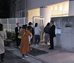 東須磨小で10月16日夜に開かれた保護者説明会=神戸市須磨区