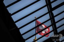スイス・ベルンで、連邦議会議事堂のガラスの屋根を通して見える国旗(2020年5月20日撮影)。(c)Fabrice COFFRINI / AFP