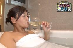 """大久保佳代子、5つ星のスイートルームで入浴!「お舐めなさい」と""""サービス太もも""""も披露"""