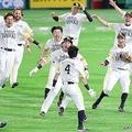 11回、サヨナラ打を放った川島(4)に駆け寄るソフトバンクナイン=ヤフオクドーム