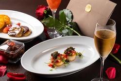 オーク ドアで提供される「バレンタイン ディナー」(2万8000円/2名、税・サービス料別)。前菜の「ホタテのストロベリーソース」はキャビアもあしらわれた贅沢な一皿