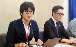 アニメ制作会社「スタジオよんどしい」を提訴し、記者会見をする同社社員の男性(左)=2019年10月18日午後、東京都内、榊原謙撮影