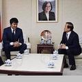 義援金を届けに台北駐日経済文化代表処を訪れる阿部寛(右から2人目)=謝長廷・駐日代表のフェイスブックより