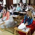 韓国文化を体験する外国人(資料写真)=(聯合ニュース)
