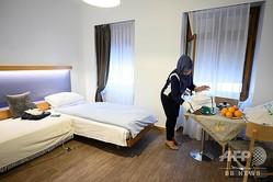 スイス・ジュネーブの三つ星ホテル「ベル・エスペランス」の一室をあてがわれたハフィーダ・マルスリさん(2020年4月16日撮影)。(c)Fabrice COFFRINI / AFP