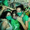 アルゼンチン首都ブエノスアイレスにある国会議事堂前で、人工妊娠中絶合法化法案の可決を受け歓喜する賛成派(2020年12月30日撮影)。(c)RONALDO SCHEMIDT / AFP