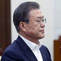 14日、ソウルの大統領府で会議に出席する韓国の文在寅大統領(EPA時事)