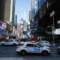 米ニューヨークのタイムズスクエアに駐車した警察車両(2020年3月22日撮影)。(c)Kena Betancur / AFP