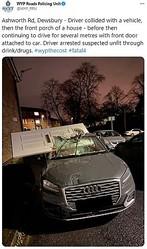 玄関ドアが運転席部分に突き刺さった事故車(画像は『WYP Roads Policing Unit 2020年11月21日付Twitter「Ashworth Rd, Dewsbury」』のスクリーンショット)