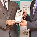 超高速モバイルバッテリーを開発した鵜沢社長(左)
