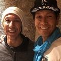 スキージャンプの葛西紀明選手(左)と元AV男優の加藤鷹さん(右)のツーショット(画像は加藤鷹さんの公式ツイッターアカウントより)