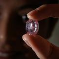 スイス・ジュネーブで競売にかけられた14.83カラットのピンクダイヤ「バラの精」(2020年11月6日撮影)。(c)Fabrice COFFRINI / AFP