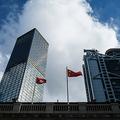 香港中心部の建物の前に掲げられた香港と中国の旗(2020年7月16日撮影)。(c)Anthony WALLACE / AFP