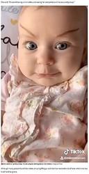 まゆ毛を描かれた生後2か月の女の子(画像は『Mirror Online 2020年5月21日付「Bored mum gives baby daughter makeover - and people can't stop laughing」(Image: Jam Press)』のスクリーンショット)