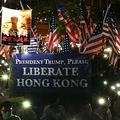 14日夜、香港島中心部・中環では米議会に「香港人権・民主主義法案」の早期可決を求める集会が開かれた。トランプ米大統領に「香港の解放を」と求める横断幕も登場した(森浩撮影)